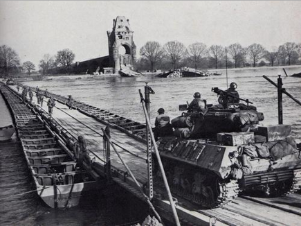 us_army_crossing_the_rhine_on_heavy_ponton_bridge_at_worms_march_1945